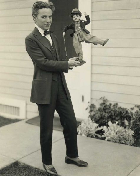 Файл:Charlie-Chaplin-and-Tramp-Doll-1.jpg